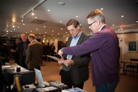 Tuoteuutuusnäyttelyssä olivat hyvin edustettuina antennverkkojen laitetoimittajat sekä maanpäällisten verkkojen operaattorit (kuva Tuomas Sauliala)