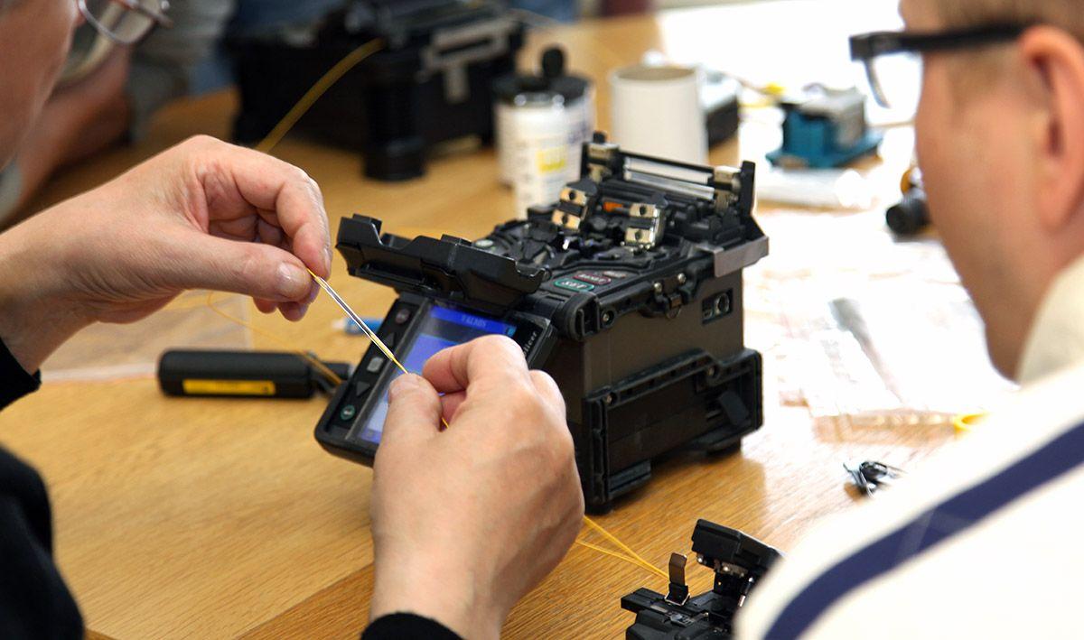 Sähköinfon optiset verkot - käytännön perusteet -kurssilla tutustutaan käytännönläheisesti kuituasennustöiden tekoon.