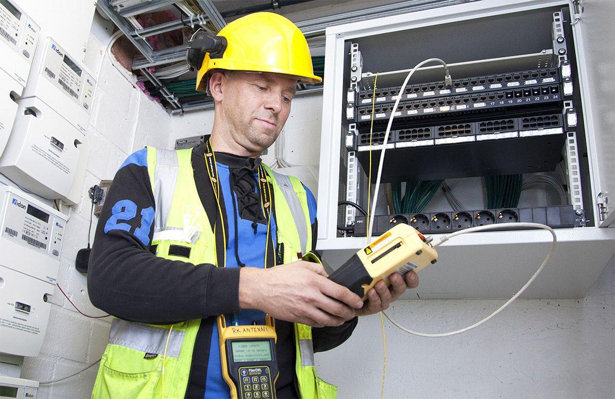 RK-Antenni Ky:n Rauno Kaila on erikoistunut kaikkiin kiinteistöjen tietoverkkotöihin. Kuva Paula Myöhänen